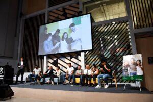 Jóvenes beneficiarios de la Fundación con los representantes de Fundación Repsol y Fundación Solidaridad Carrefour