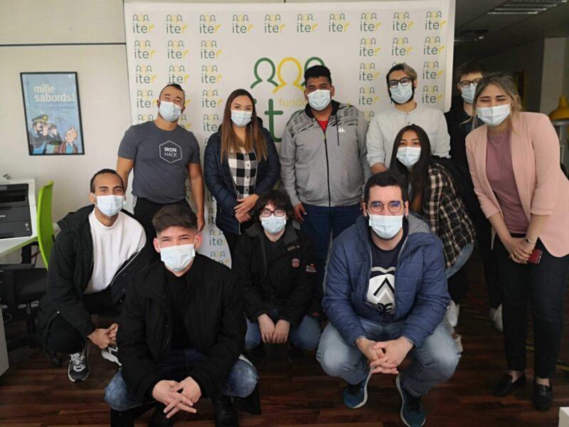 El grupo de jóvenes con los formadores de Ironhack