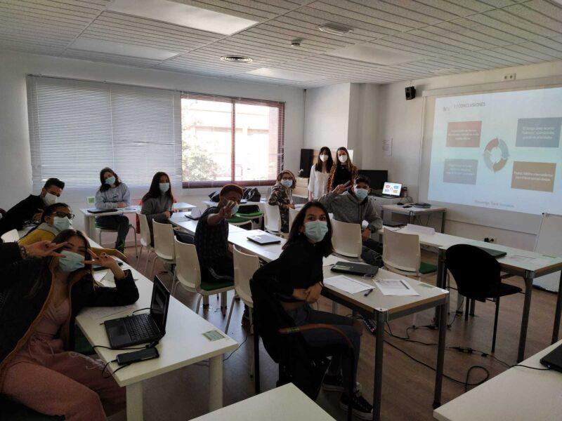 Jóvenes en sesión de formación prelaboral de Fundación Iter
